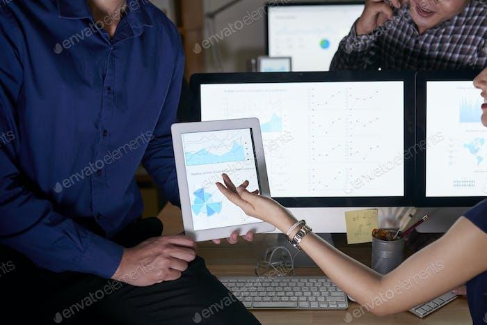 Geschäftsleiter diskutieren Diagramm