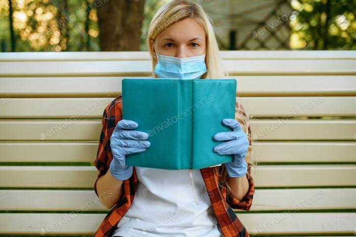 Mujer en la máscara de ocio en el parque, estilo de vida epidémico