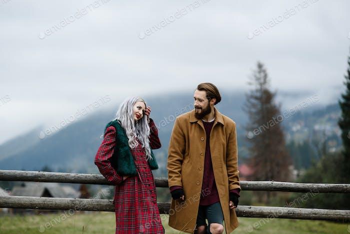 Paar Liebhaber in den Karpaten