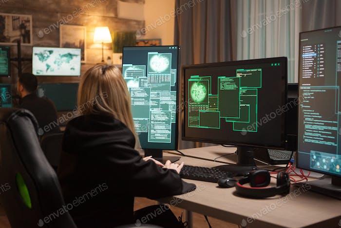 Weiblicher Hacker mit Tastatur, um eine gefährliche Malware zu tippen