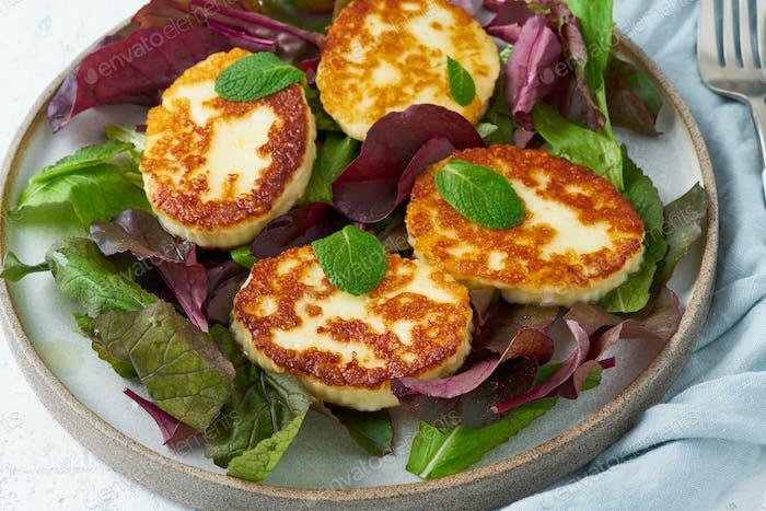 Zypern gebratene Halloumi mit Salatmischung, Rübenspitzen. Lchf, Pegan, fodmap, paleo, scd