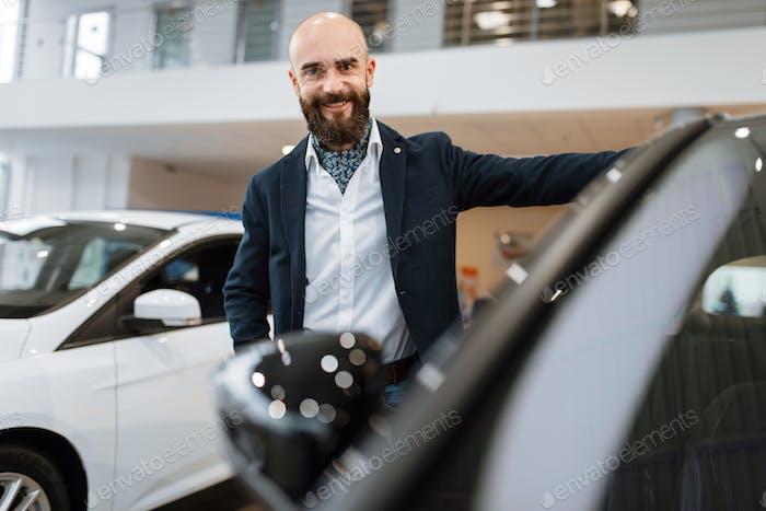 Geschäftsmann wählt Transport im Autohaus