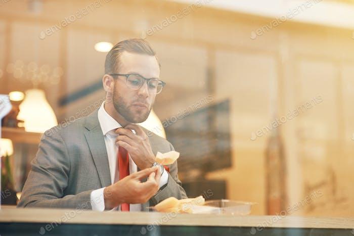 Empresario profesional comiendo su almuerzo