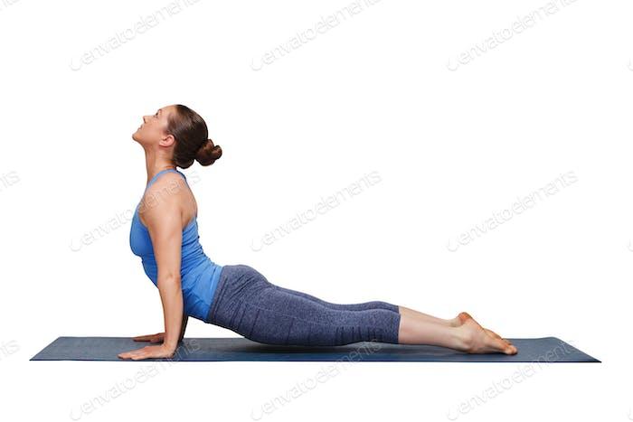 Frau tut Ashtanga Vinyasa Yoga Asana Urdhva mukha svanasana