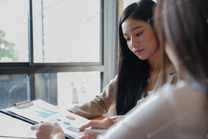 Die  weibliche Supervisorin hört sich der Präsentation des Personals an.