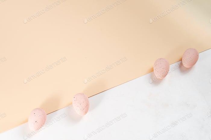 Rosa Pastell-Ostereier auf doppeltem Pastellpapier Hintergrund
