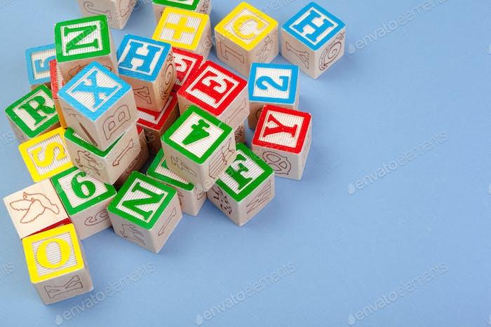 Letras fondo. Cubos de madera con letras con espacio de copia