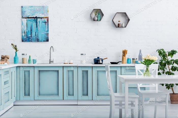 interior de turquesa y blanco elegante cocina con utensilios de cocina y decoración