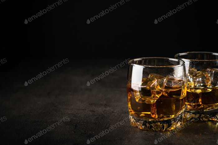 Whisky in den Gläsern auf schwarz