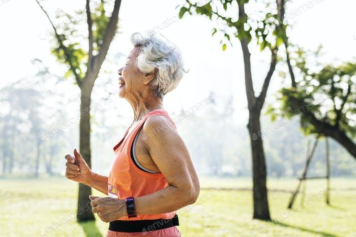 Senior Athlet läuft im Park