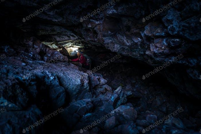 Frau Erforschen Tautropfen-Höhlenkratzer des Mondes National Idaho