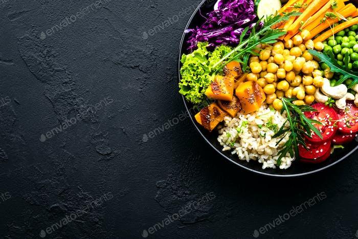 Plato con arroz integral, verduras y garbanzo