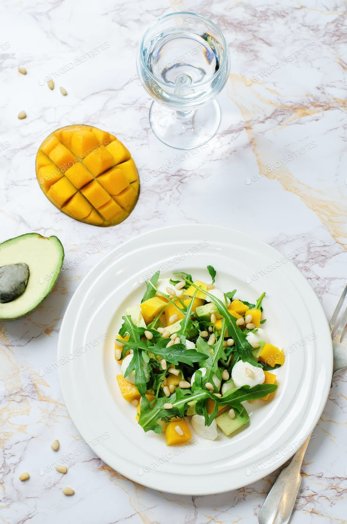Avocado Mango Rucola Pinienkerne Mozzarella Salat