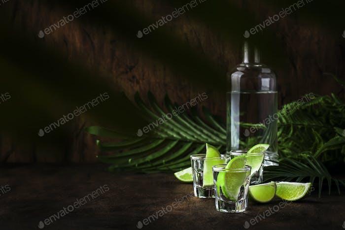 Cachaca - Brasilianisches starkes alkoholisches Getränk aus Rohrzucker, Limettenwodka
