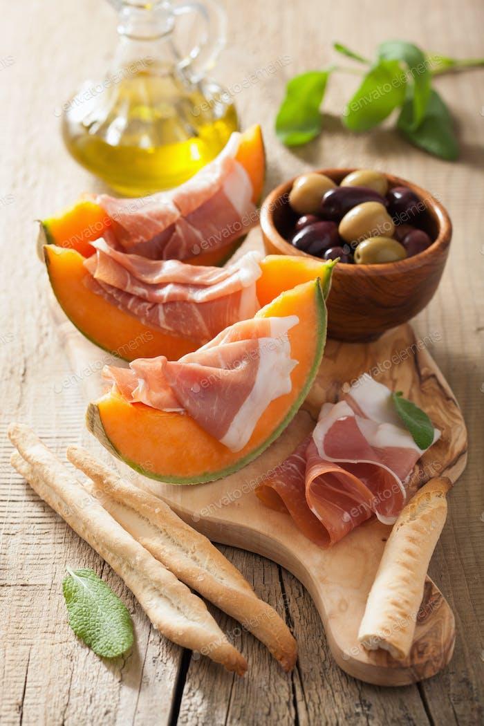 Melone melone mit prosciutto grissini oliven. italienische appeti