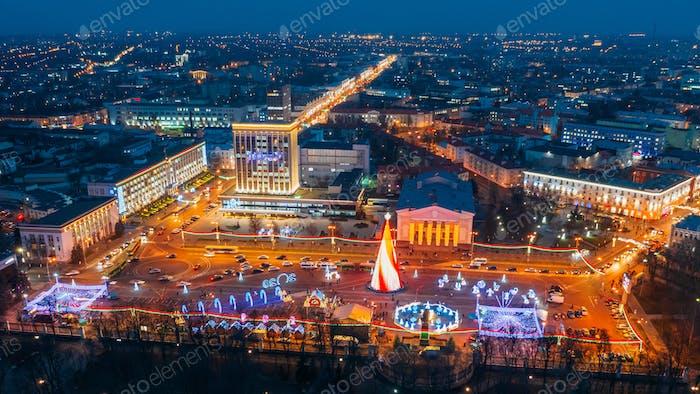 Gomel, Weißrussland. Hauptweihnachtsbaum Und festliche Beleuchtung Auf dem Lenin-Platz In Homel. Neujahr in