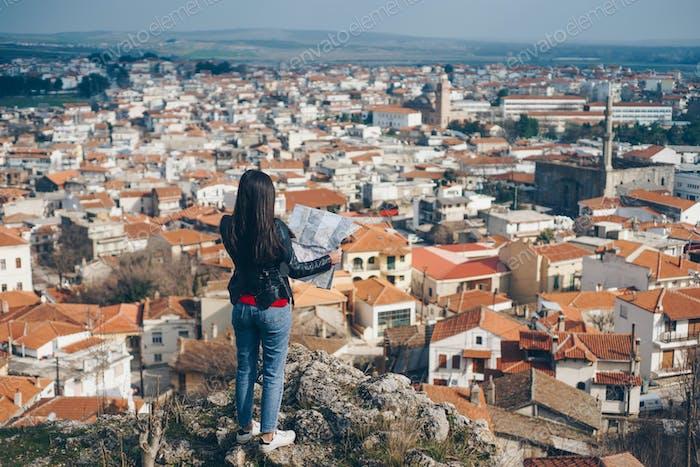 Junges Mädchen stehen vor schönen Blick auf die Stadt und suchen