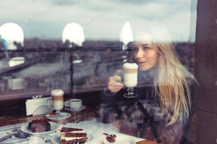 Mujer Alegre en el café
