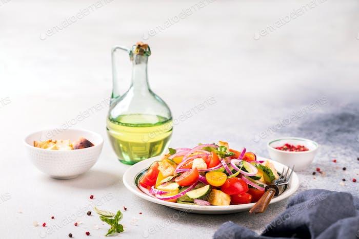 Gemüsesalat Panzanella traditionelle Küche Italiens mit Tomaten und Brot.