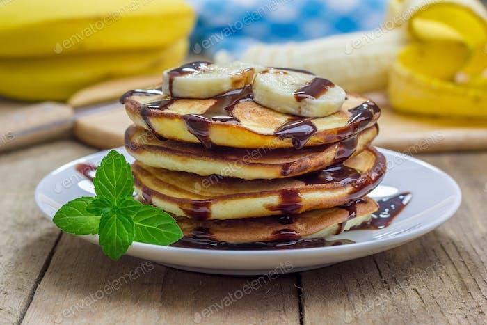 Stapel Pfannkuchen mit Banane und Schokoladensirup