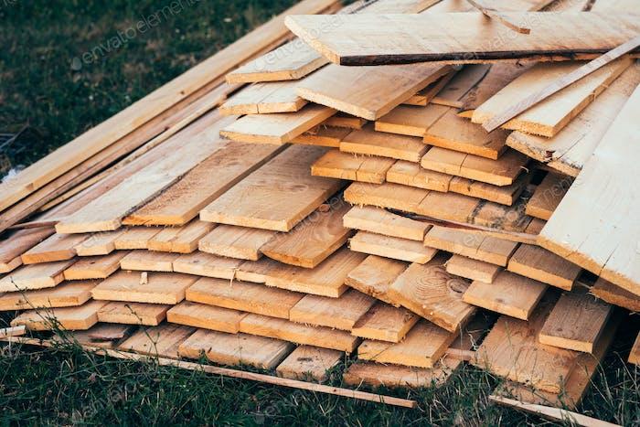 Stapel von Holzbrettern