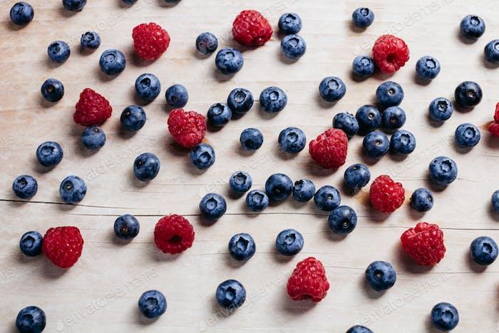 Rapsberry und Heidelbeere saftige VitaminSammlung auf Holztisch Draufsicht