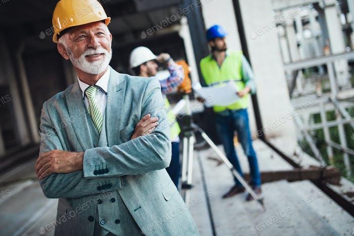 Team von Architekten und Ingenieuren in der Gruppe für Baustellenprüfungsdokumente und Geschäftsablauf