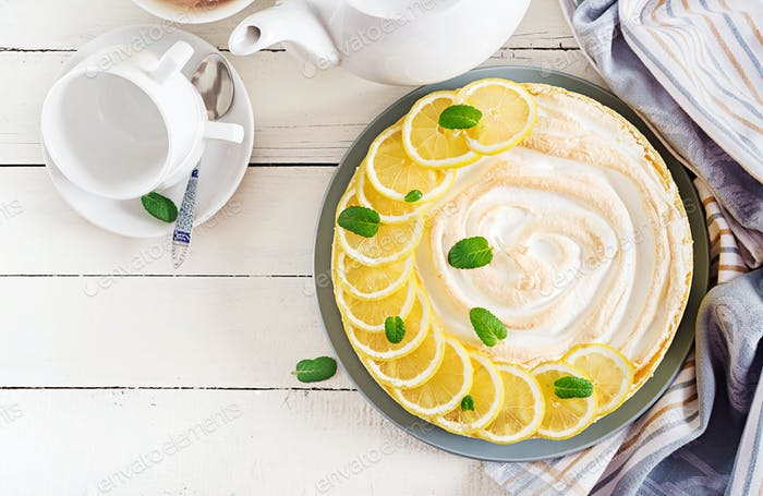 Torte mit Zitronenquark und Baiser. Zitronenkuchen. Amerikanische Küche. Nachtisch. Ansicht von oben