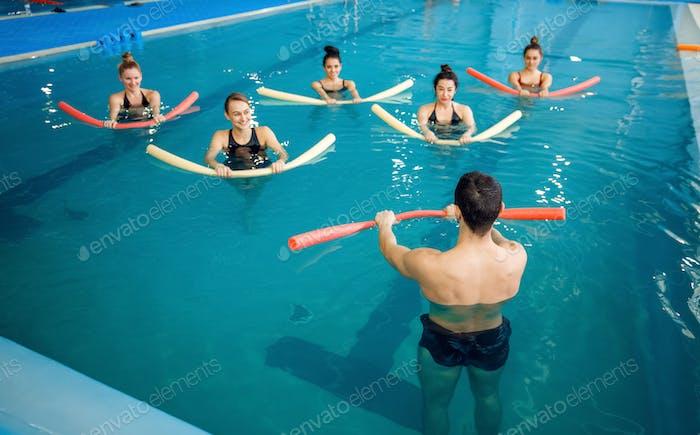 Ausbilder und weibliche Gruppe, Ausbildung im Pool