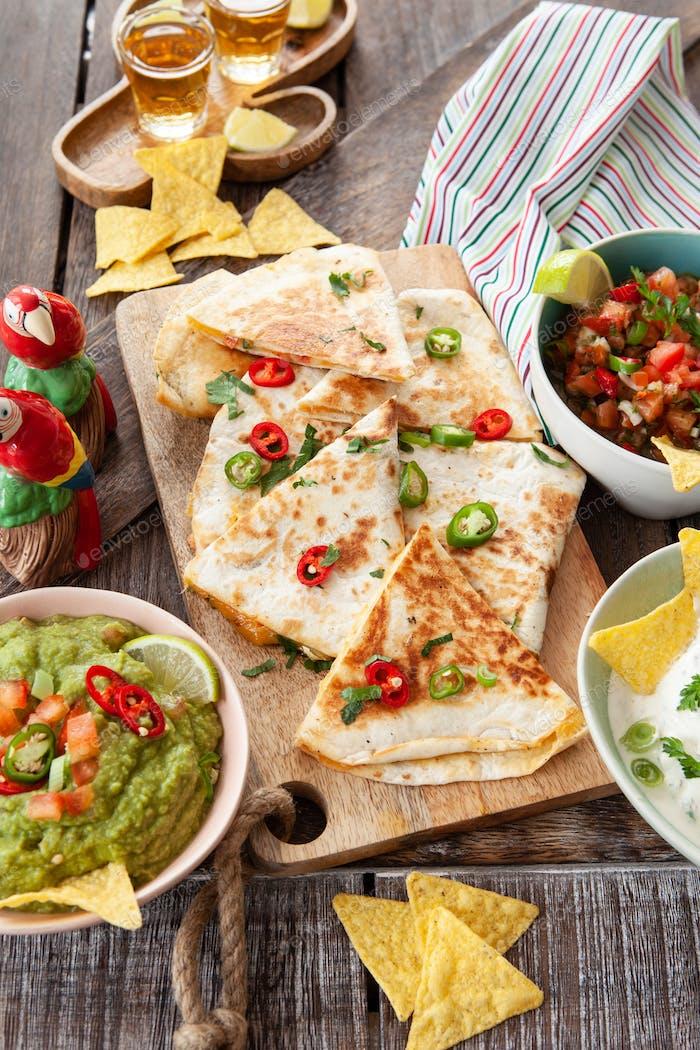 Hausgemachte Quesadillas mit Guacamole
