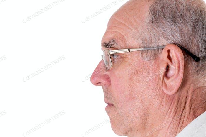 Gesicht des alten Mannes in goldenen Gläsern.