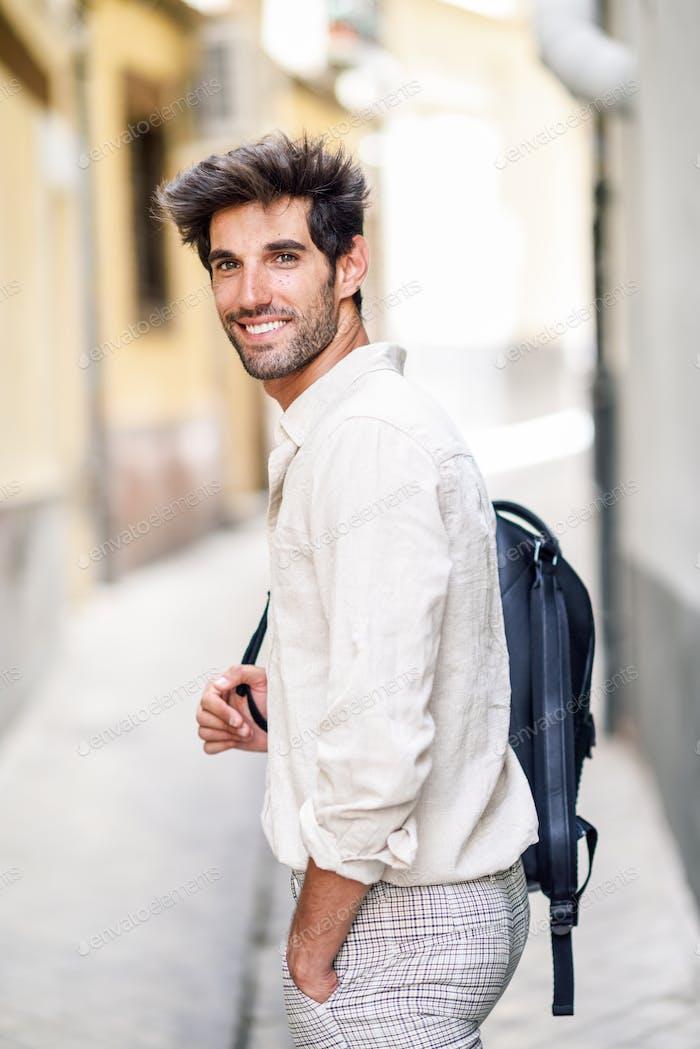Junge Mann Sightseeing genießen die Straßen von Granada