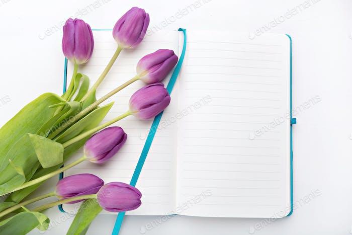 Schreibtisch mit Blumen