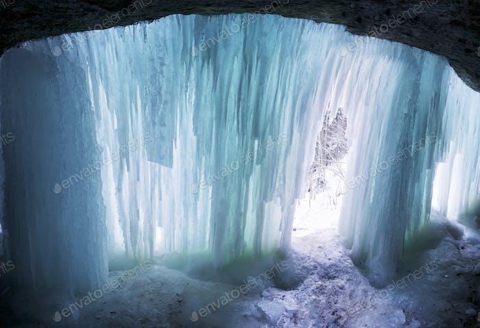 In einer natürlichen Winterhöhle