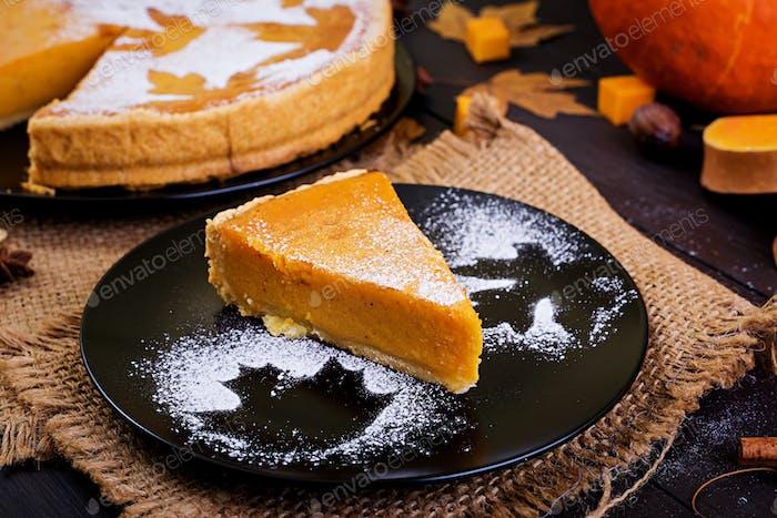 Американский домашний тыквенный пирог с корицей и мускатным орехом, семенами тыквы и осенними листьями