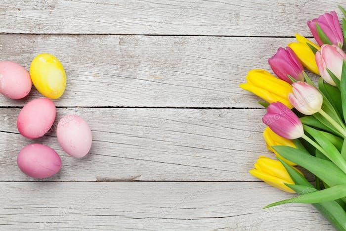 Oster-Grußkarte mit Eiern und Tulpen