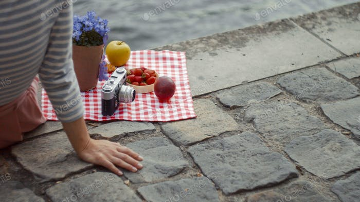 Chica joven en un picnic primer plano