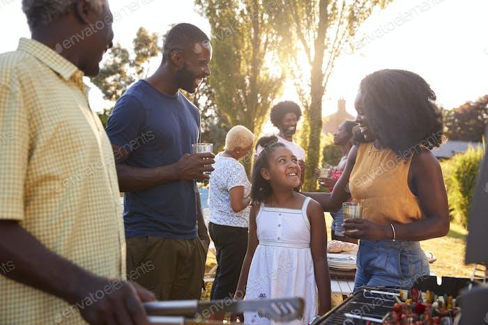 Eltern und Tochter bei einem Multi-Generation-Familiengrill