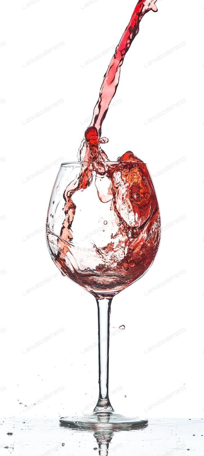 Rotwein spritzt über weißem Hintergrund
