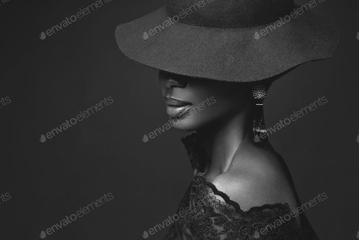 Hermosa chica en sombrero negro