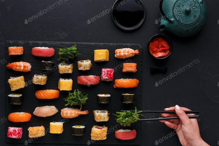 Kit de sushi maki y rollos sobre Fondo negro