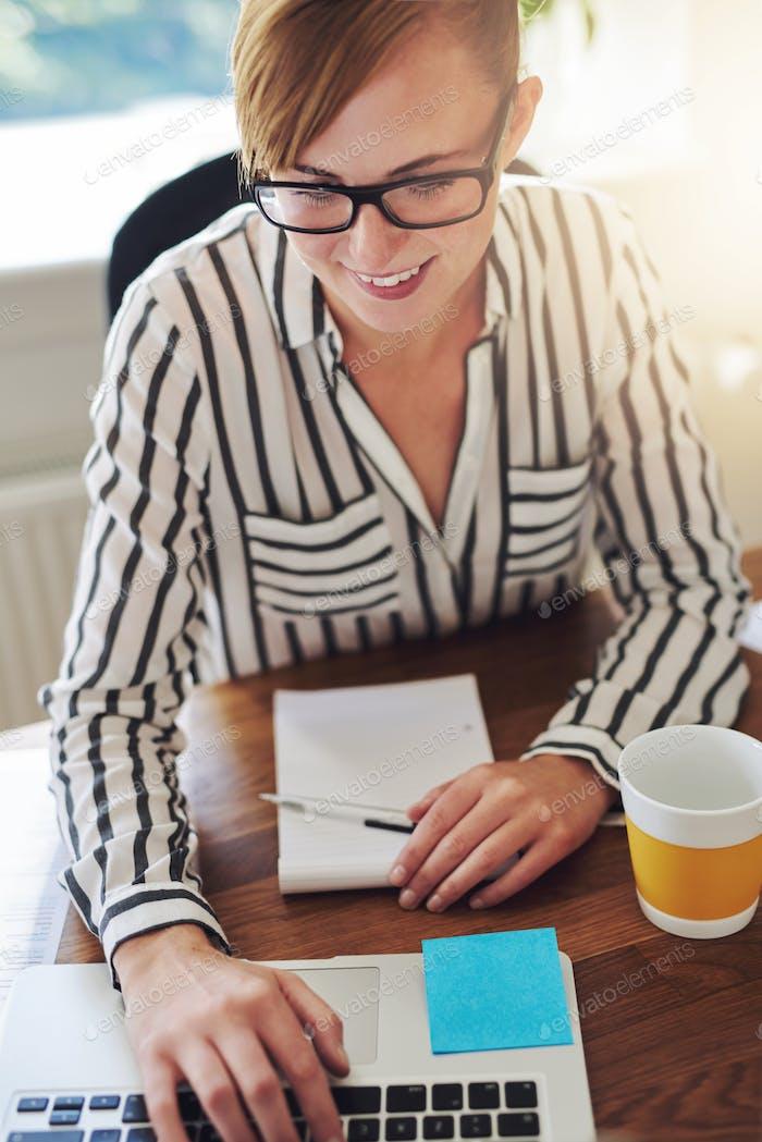 Mujer Negocios atractiva con una nueva empresa