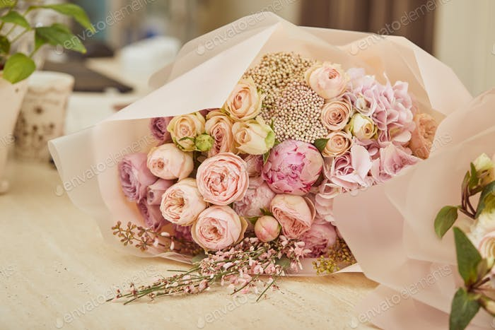 Strauß Rosen und Pfingstrosen auf dem Tisch