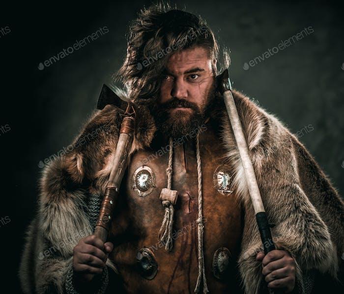 Wikinger mit kalter Waffe in einem traditionellen Krieger Kleidung