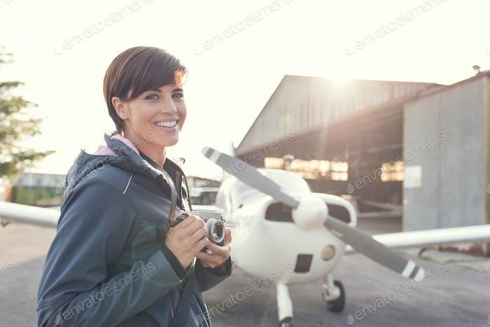 Sonriente fotógrafo en el aeropuerto
