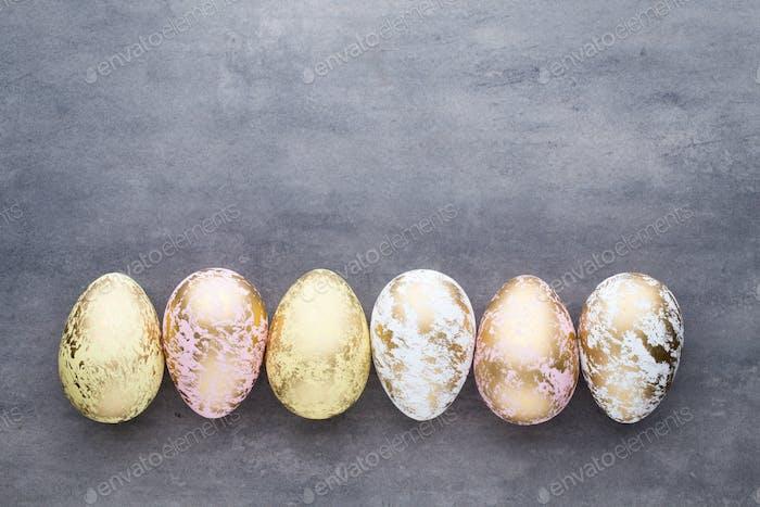 Ostereier in Farben auf einem Musterhintergrund gemalt.