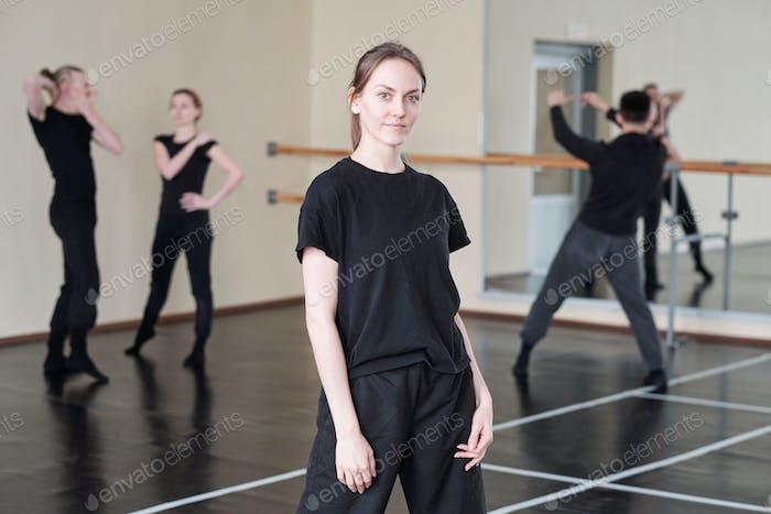 weiblich Tänzerin in schwarz Porträt