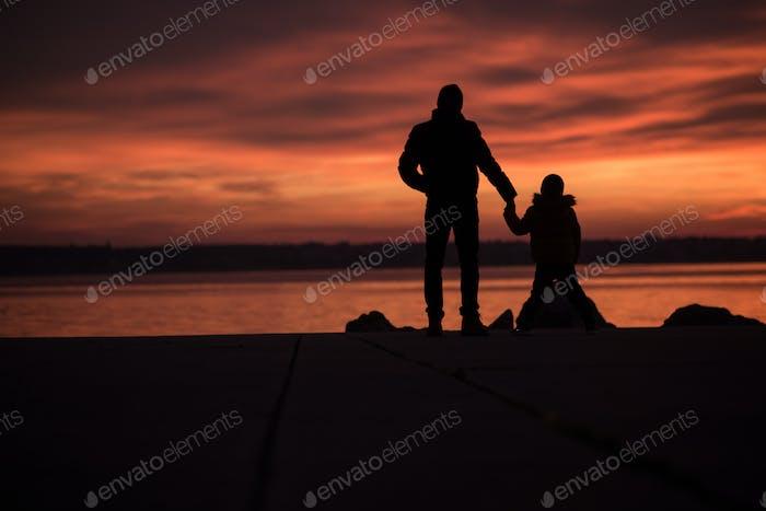 Padre tomados de la mano con su hijo