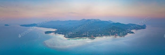 Tiro aéreo Ko Pha-ngan isla en la puesta de sol