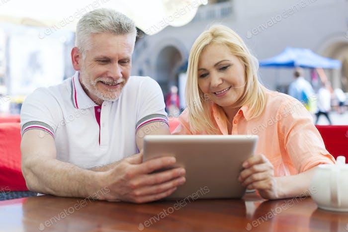 Lächeln reifen paar genießen die wireless internet